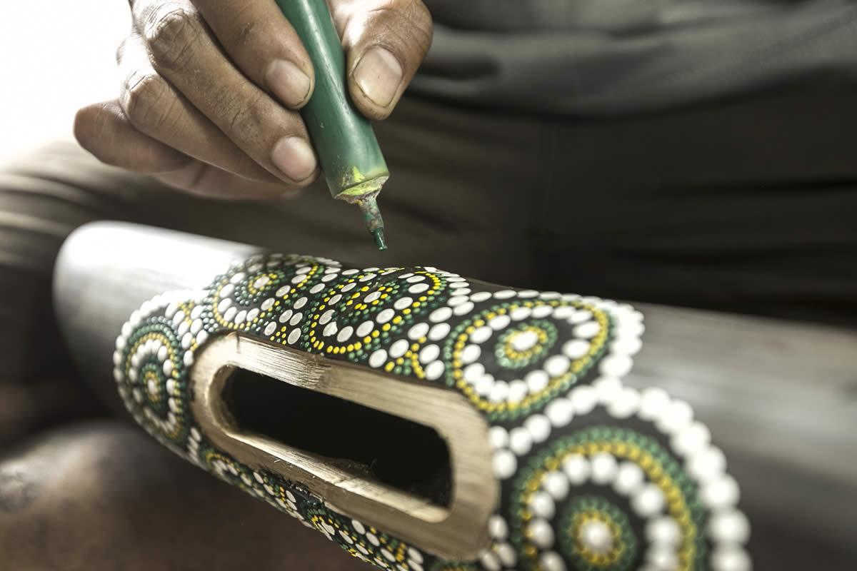 Pintando altavoz de bambú Amalur