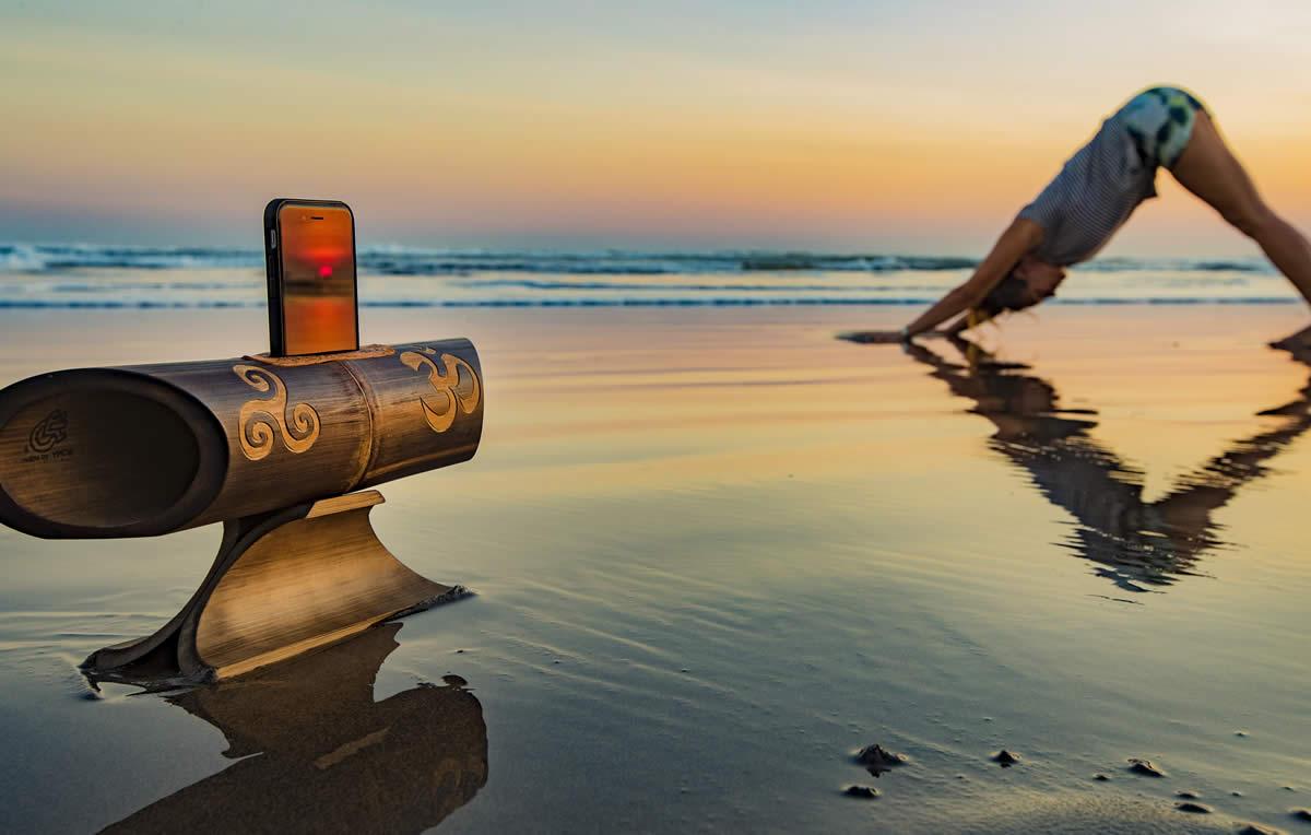 Practicando Yoga en la playa con la música de Amalur