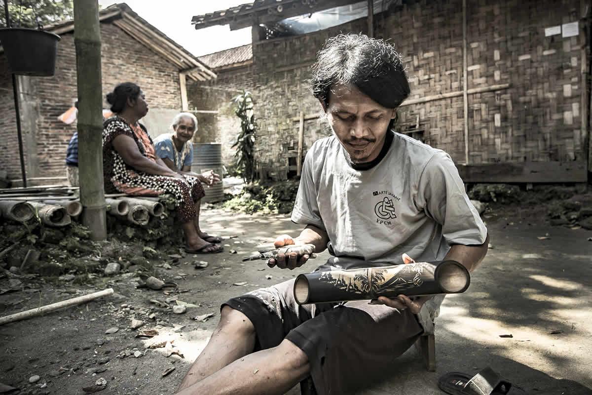 Rokis tallando el altavoz de bambú Borobudur